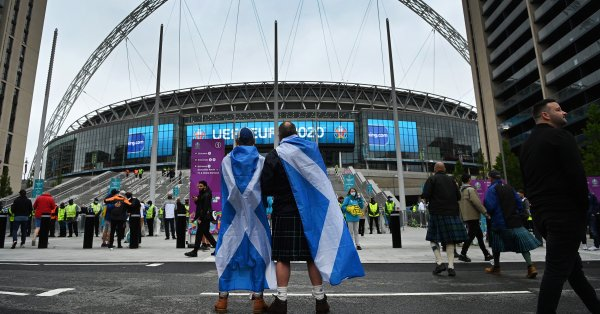 Полицията в Лондон арестува 30 фена след Скотланд Ярд имаха