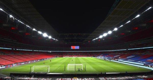 От УЕФА отказаха да коментират директно предложението на Джонсън, но
